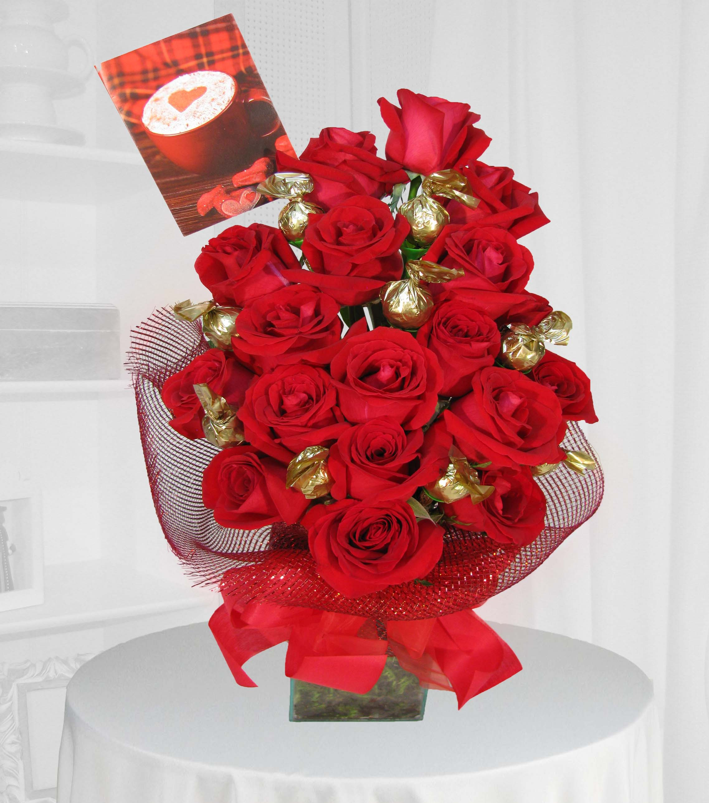 Arranjo de rosas importadas com bombons