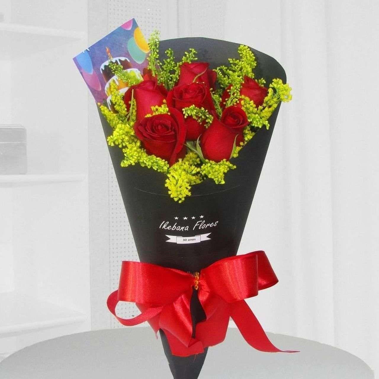 Cone 6 rosas vermelhas.