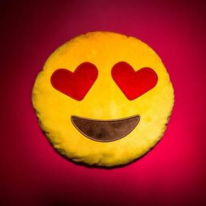 Pelúcia emoji do amor