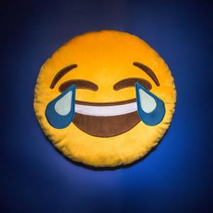 Pelúcia emoji chorando de rir