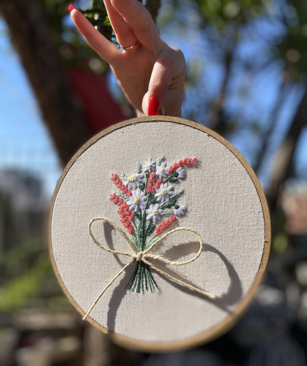 Quadro bordado a mão - Ramo de flores - Complementos