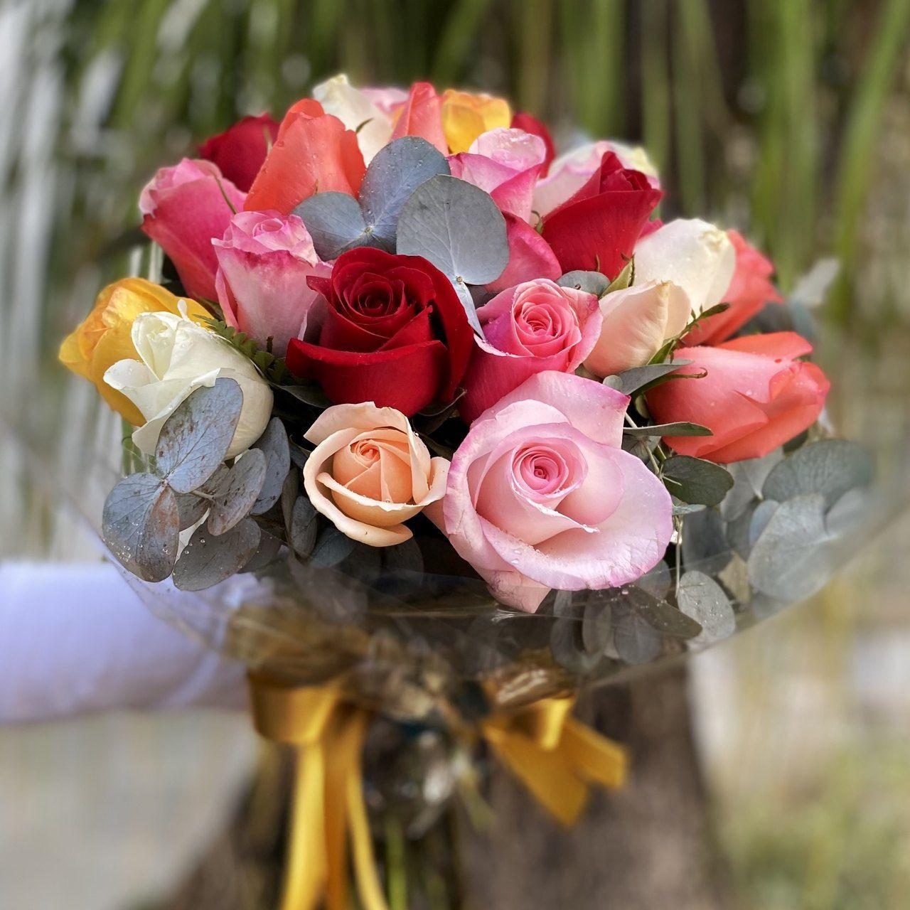 Ramalhete de rosas coloridas