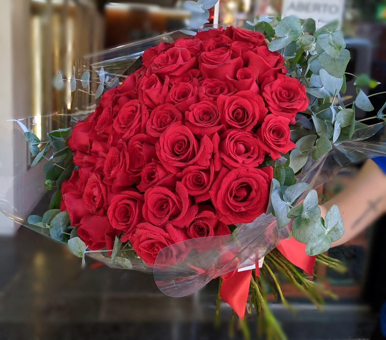 Buquê 50 rosas vermelhas