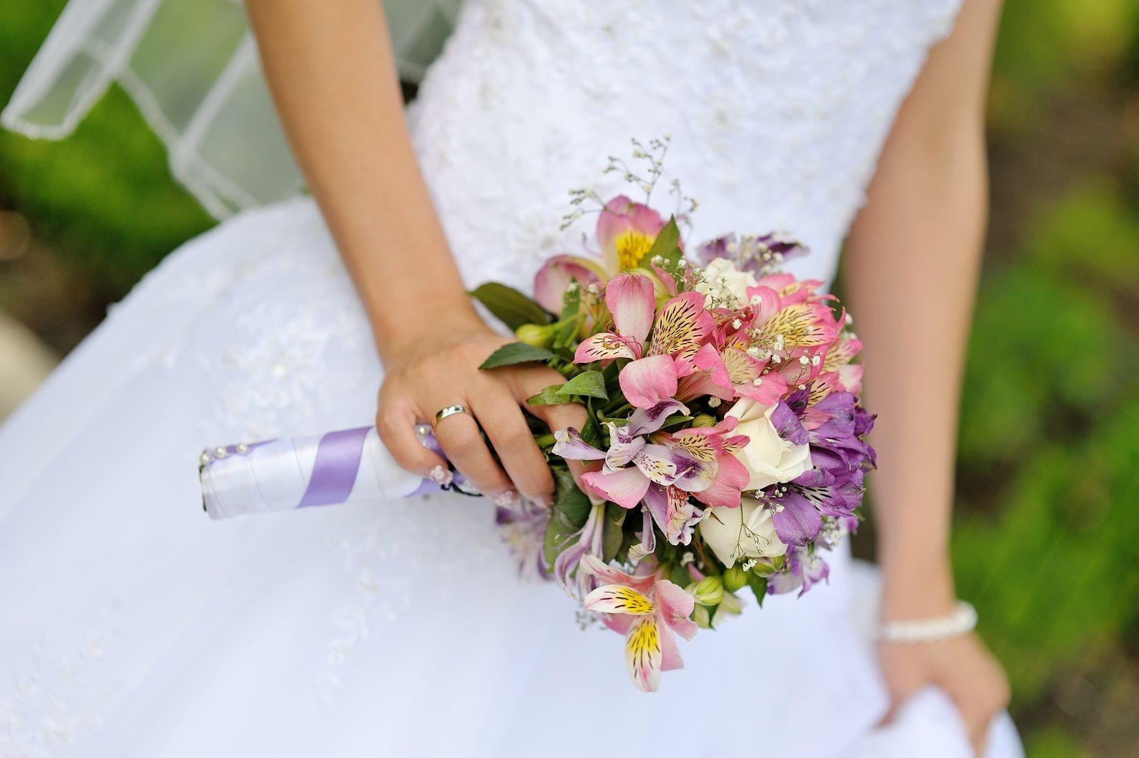 Buquê de noivas com astromélias coloridas